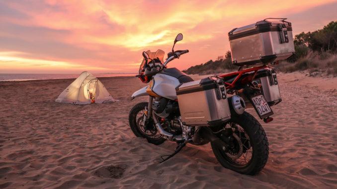 Moto Guzzi V85 TT am Strand