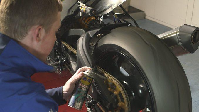 Kettenspray für das Motorrad anwenden
